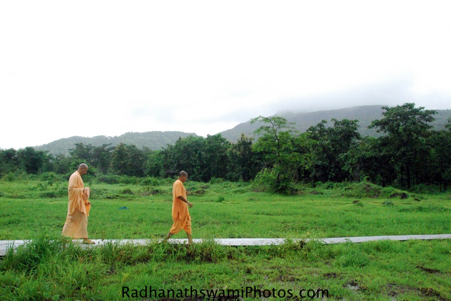 Radhanath-Swami-taking-a-tour-of-wada-Farm